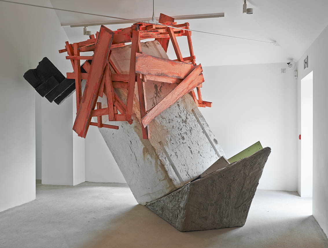 Phyllida Barlow: untitled: blockcratewedge (2014) | Image from Hauser & Wirth Somerset (fair use)